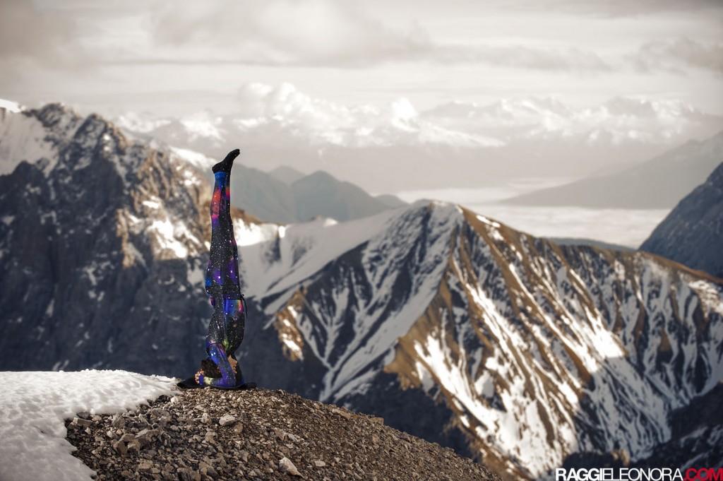Anna Kathalina Langer - Yoga Zugspitze - photo by Eleonora Raggi - Yoga Pose Sirsasana Headstand - Apres Ski Yoga - Ninjasuit by Airblaster