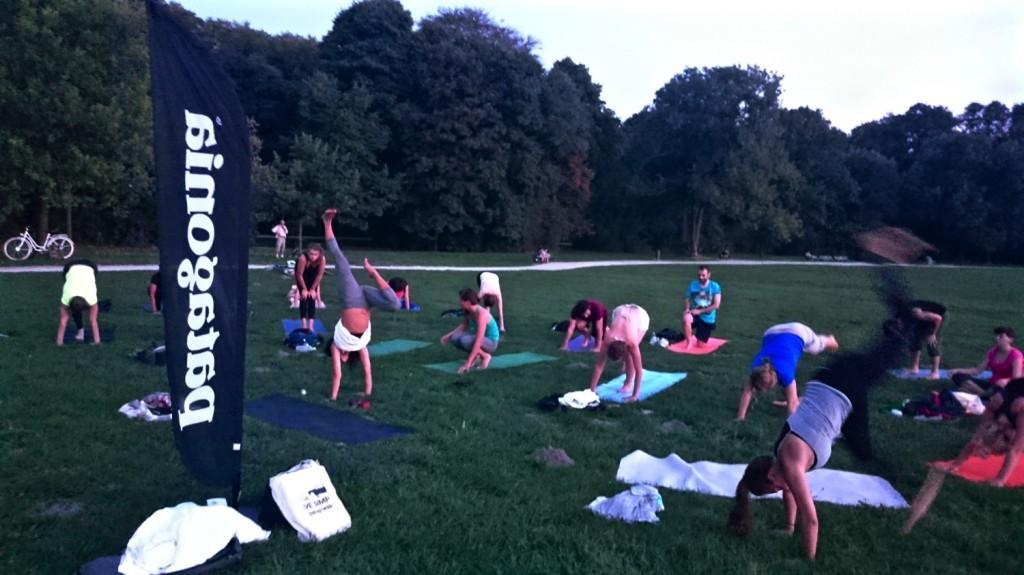 Frischluft Yoga mit Patagonia im Englischen Garten München Outdoor Yoga Munich English Garden Anna Kathalina Langer