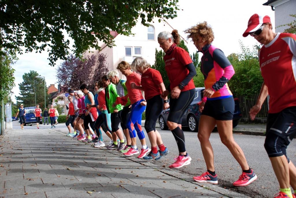 Das allererste deutsche Kari Traa Urban Training in Deutschland fand am ersten Wochenende des Oktoberfests in München statt  unter  anderem auch mit ein paar Step Up Jumps Übungen auf dem Weg vom Sport Ruscher Laufgeschäft in den Westpark - Anna Kathalina Langer